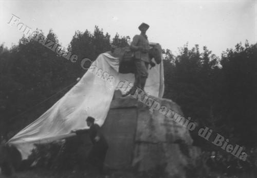 L'inaugurazione dell'Alpino con mulo, opera dello scultore Pietro Canonica, 13 ottobre 1923 (Fondazione Cassa di Risparmio di Biella, archivio Cesare Valerio)