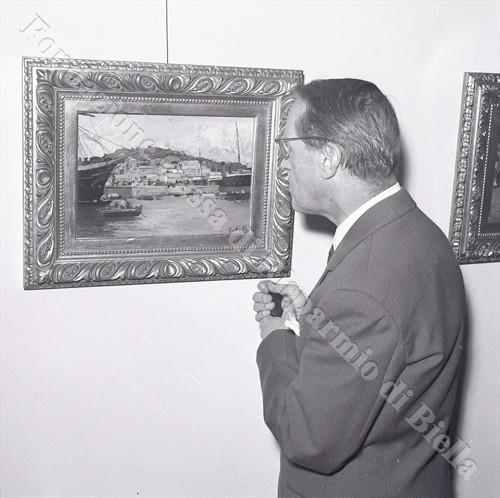 Un ospite intento ad ammirare un quadro di Lorenzo Delleani (Fondazione Cassa di Risparmio di Biella, archivio Lino Cremon)