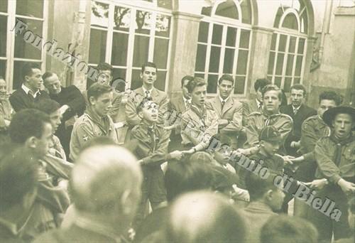 """Gli scout del Riparto Biella I uniti nel """"canto dell'addio"""" (Fondazione Cassa di Risparmio di Biella, archivio Cesare Valerio)"""