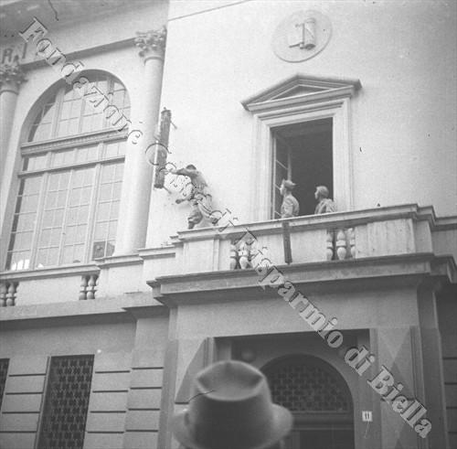 Soldati del 53rgt Fanteria asportano i fasci littori dalla Casa del Fascio (Fondazione Cassa di Risparmio di Biella, archivio Cesare Valerio)