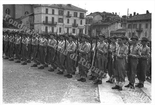 Il picchetto d'onore del 4°rgt Alpini schierato in piazza Martiri della Libertà (Fondazione Cassa di Risparmio di Biella, archivio Cesare Valerio)