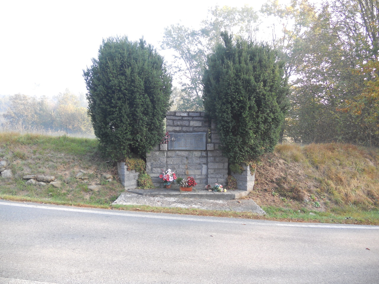 Il monumento commemorativo di don Francesco Cabrio, nei pressi dell'incrocio tra la strada per Torrazzo e la provinciale per Ivrea