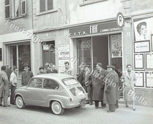 L'utilitaria Fiat di fronte alla sede della concessionario C.I.T.A. di via Italia (Fondazione Cassa di Risparmio di Biella, archivio Lino Cremon)