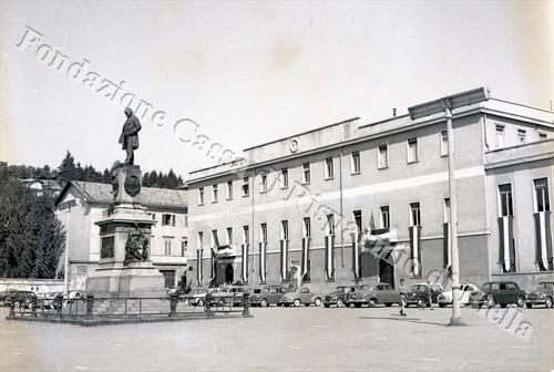 L'edificio del Liceo Classico in piazza Martiri imbandierato a festa (Fondazione Cassa di Risparmio di Biella, archivio Lino Cremon)