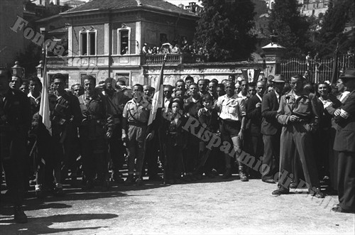 Partigiani in piazza Q. Sella, oggi piazza Martiri (Fondazione Cassa di Risparmio di Biella, archivio Cesare Valerio)