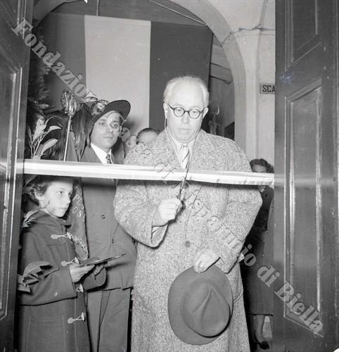 L'assessore Beppe Mongilardi intento a tagliare il nastro inaugurale (Fondazione Cassa di Risparmio di Biella, archivio Lino Cremon)
