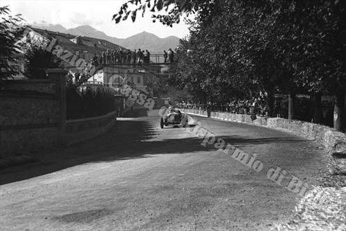 I Circuito automobilistico di Biella, 2 settembre 1934: una vettura da corsa affronta viale Principe di Piemonte, oggi viale G. Carducci (Fondazione Cassa di Risparmio di Biella, archivio Cesare Valerio)