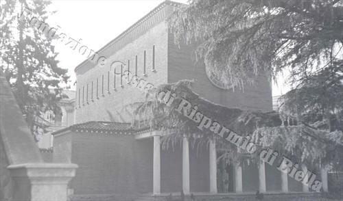La facciata della nuova chiesa dell'Ospedale inaugurata nel 1956 (Fondazione Cassa di Risparmio di Biella, archivio Lino Cremon)