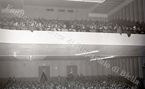 Il numeroso pubblico che affollava la sala del cinema (Fondazione Cassa di Risparmio di Biella, archivio Lino Cremon)