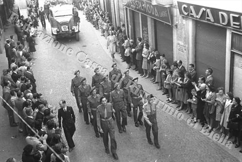 """I membri della missione inglese """"Cherokee"""" sfilano in via Italia, 25 aprile 1945 (Fondazione Cassa di Risparmio di Biella, archivio Cesare Valerio)"""