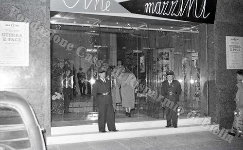 L'iniziativa a favore della nuova sede promossa dalla C.R.I. biellese presso il cinema Mazzini il 24 ottobre 1957 (Fondazione Cassa di Risparmio di Biella, archivio Lino Cremon)