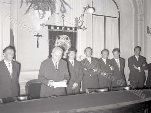 Il sindaco Blotto Baldo con i reduci del K2 a Palazzo Oropa (Fondazione Cassa di Risparmio di Biella, archivio Lino Cremon)