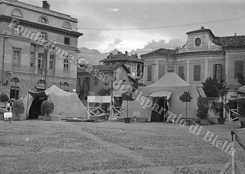 L'Ospedaletto da campo allestito in piazza Duomo (Fondazione Cassa di Risparmio di Biella, archivio Cesare Valerio)