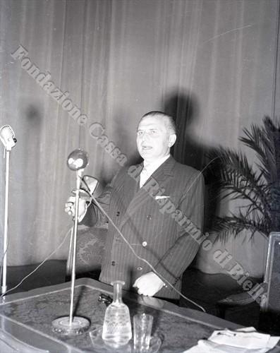 Il prof. Celestino Negro durante la conferenza al Teatro Sociale (Fondazione Cassa di Risparmio di Biella, archivio Lino Cremon)