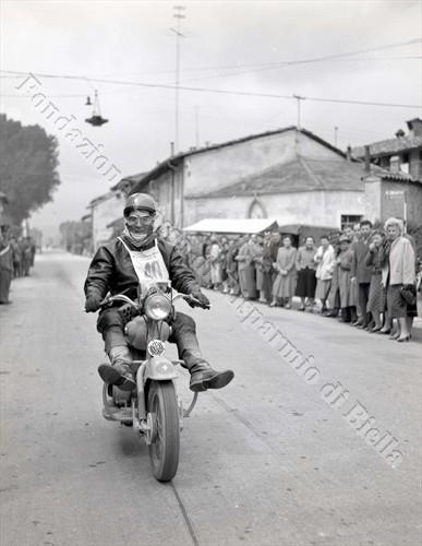Passione per le motociclette, anni '50 (Fondazione Cassa di Risparmio di Biella, archivio Lino Cremon)