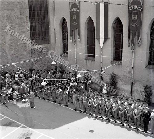 La fanfara del 3° Rgt Bersaglieri e il picchetto armato (Fondazione Cassa di Risparmio di Biella, archivio Lino Cremon)