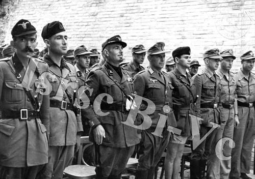 Il capitano Guido Alimonda (primo a sinistra), comandante del reparto fascista responsabile dell'eccidio (Archivio fotografico dell'Istituto per la storia della Resistenza e della società contemporanea nel Biellese, nel Vercellese e in Valsesia, vol. E)