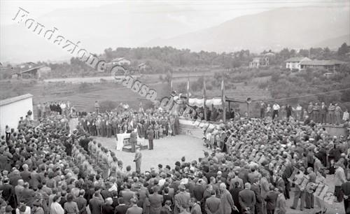 Panoramica di piazza Cucco durante la cerimonia (Fondazione Cassa di Risparmio di Biella, archivio Lino Cremon)