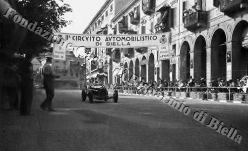 Una delle vetture partecipanti al II Circuito automobilistico di Biella, disputato nel giugno del 1935 (Fondazione Cassa di Rrisparmio di Biella, archivio Cesare Valerio)
