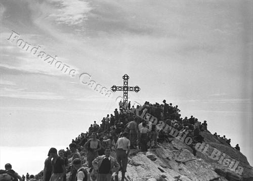 La croce domina dalla vetta del Mucrone (Fondazione Cassa di Risparmio di Biella, archivio Cesare Valerio)
