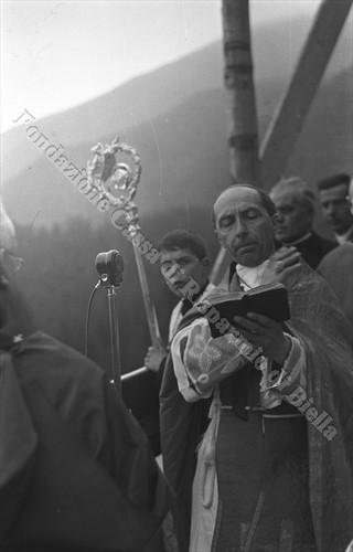 Il vescovo di Biella mons. Carlo Rossi, protagonista della trattativa per il Santuario di Oropa (Fondazione Cassa di Risparmio di Biella, archivio Cesare Valerio)