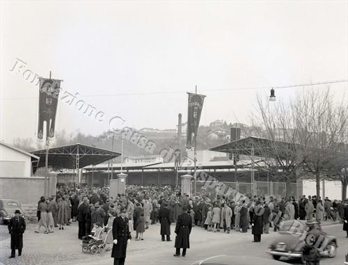 Il pubblico presente all'inaugurazione di fronte ai cancelli del nuovo mercato ortofrutticolo di via Ivrea (Fondazione Cassa di Risparmio di Biella, archivio Lino Cremon)