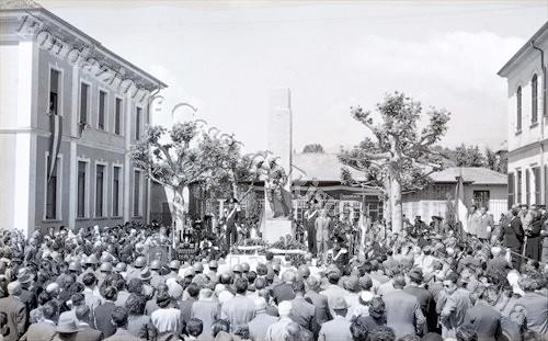La comunità valdenghese raccolta davanti al monolite commemorativo (Fondazione Cassa di Risparmio di Biella, archivio Lino Cremon)