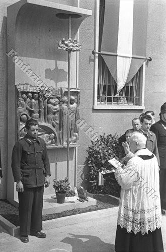 Mons. Giuseppe Botta impartisce la sacra benedizione al nuovo monumento (Fondazione Cassa di Risparmio di Biella, archivio Cesare Valerio)