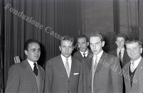 """Mike Bongiorno al Teatro Sociale con """"Il motivo in maschera"""", 1956 (Fondazione Cassa di Risparmio di Biella, archivio Lino Cremon)"""