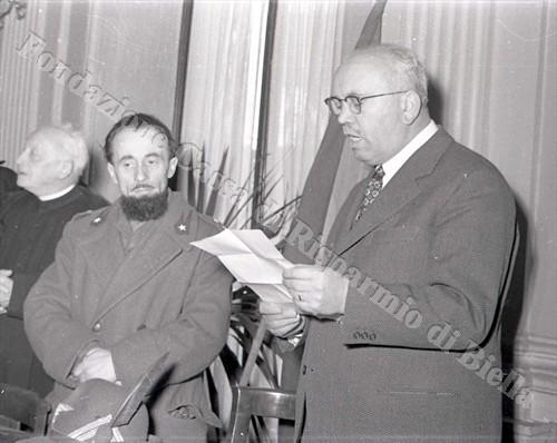 Il sindaco di Biella Blotto Baldo e padre Giovanni Brevi a Palazzo Oropa, 31 gennaio 1954 (Fondazione Cassa di Risparmio di Biella, archivio Lino Cremon)