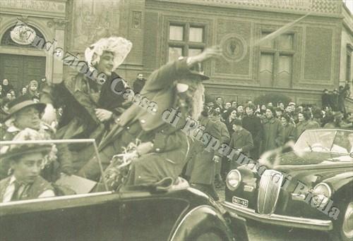 Gipin (Francesco Gallina) e Catlin-a sfilano lungo le strade di Biella, accompagnati dal figlio Gipinot, impersonato da Cleto Rivetti, anni Cinquanta (Fondazione Cassa di Risparmio di Biella, archivio Cesare Valerio)