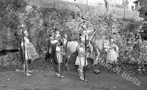 Il drapppello di soldati romani fa il suo ingresso sulla scena (Fondazione Cassa di Risparmio di Biella, archivio Lino Cremon)