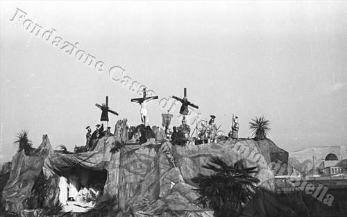 """La """"Passione"""" di Sordevolo, edizione 1934: la Crocifissione (Fondazione Cassa di Risparmio di Biella, archivio Cesare Valerio)"""