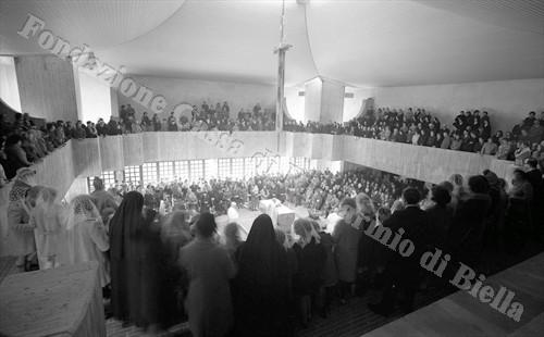 I numerosi fedeli presenti alla cerimonia di consacrazione della nuova chiesa (Fondazione Cassa di Risparmio di Biella, archivio Lino Cremon)