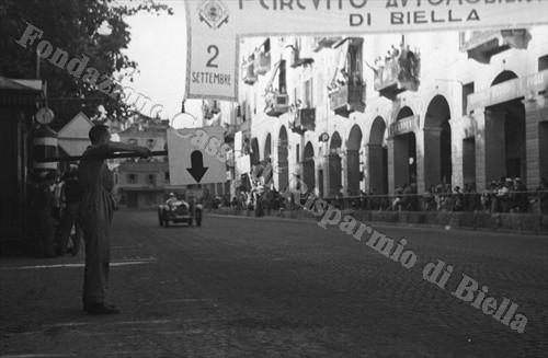 La linea del traguardo in piazza Vittorio Veneto (Fondazione Cassa di Risparmio di Biella, archivio Cesare Valerio)