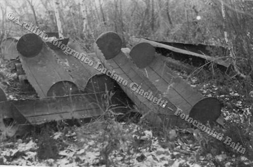 Contenitori svuotati e abbandonati (© Archivio fotografico Luciano Giachetti - Fotocronisti Baita, Vercelli)