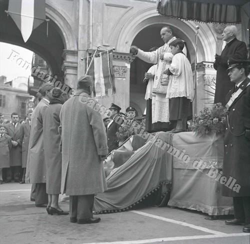 Il cappellano don Paolo Stardero benedice il gagliardetto (Fondazione Cassa di Risparmio di Biella, archivio Lino Cremon)