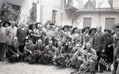 Foto di gruppo dei bersaglieri biellesi con la fanfara (Fondazione Cassa di Risparmio di Biella, archivio Lino Cremon)