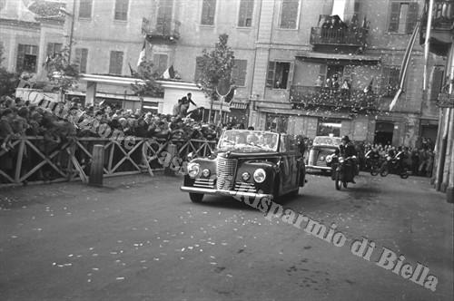 L'auto presidenziale attraversa le vie di Biella in festa (Fondazione Cassa di Risparmio di Biella, archivio Cesare Valerio)
