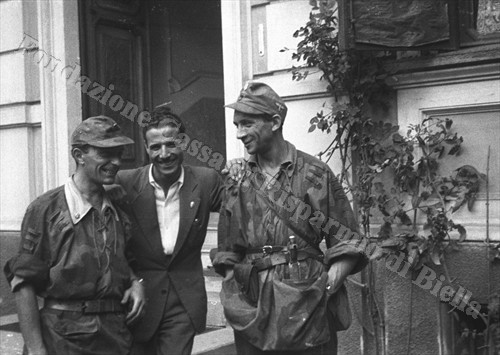 Il capitano delle SS italiane Gennaro Ruggero tra due commilitoni nel cortile di Villa Schneider (Fondazione Cassa di Risparmio di Biella, archivio Cesare Valerio)