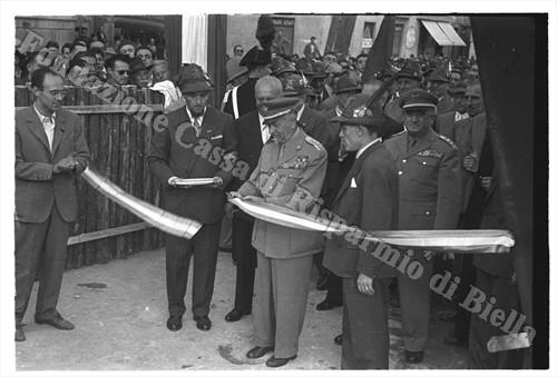 Il generale Emilio Battisti inaugura la Mostra (Fondazione Cassa di Risparmio di Biella, archivio Cesare Valerio)
