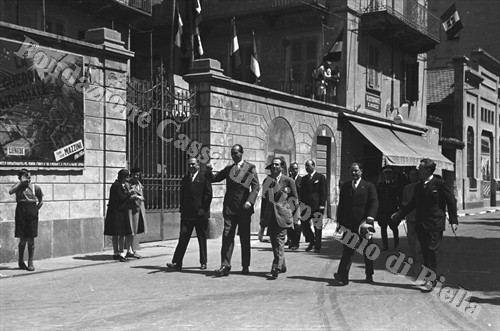 """Il principe Aimone di Savoia-Aosta """"a spasso"""" per le vie di Biella (Fondazione Cassa di Risparmio di Biella, archivio Cesare Valerio)"""