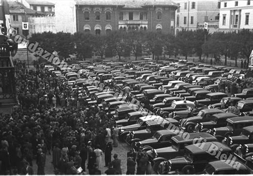 Piazza Duomo invasa dalle auto (Fondazione Cassa di Risparmio di Biella, archivio Cesare Valerio)