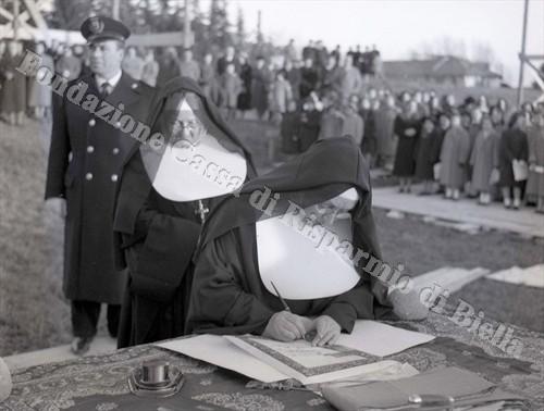 La firma della pergamena da parte di Madre Beniamina (Fondazione Cassa di Risparmio di Biella, archivio Lino Cremon)