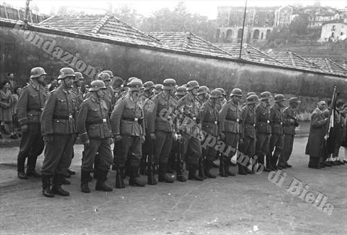 Reparto di polizia germanica schierato in piazza della Funicolare a Biella (Fondazione Cassa di Risparmio di Biella, archivio Cesare Valerio)