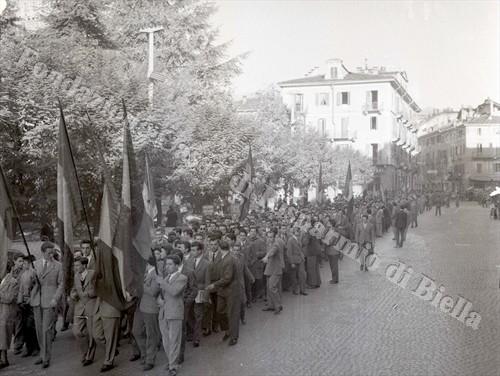 Gli studenti biellesi festeggiano il ritorno di Trieste all'Italia, 1954 (Fondazione Cassa di Risparmio di Biella, archivio Lino Cremon)