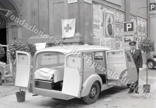 Nuovi automezzi per la Croce Rossa biellese, 1954 (Fondazione Cassa di Risparmio di Biella, archivio Lino Cremon)
