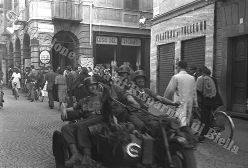 Motocarrozzetta tedesca in via Umberto, oggi via Italia (Fondazione Cassa di Risparmio di Biella, archivio Cesare Valerio)