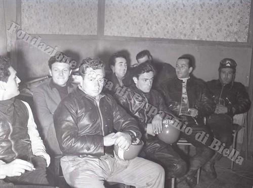 Un gruppo di piloti immortalato prima della partenza (Fondazione Cassa di Risparmio di Biella, archivio Lino Cremon)