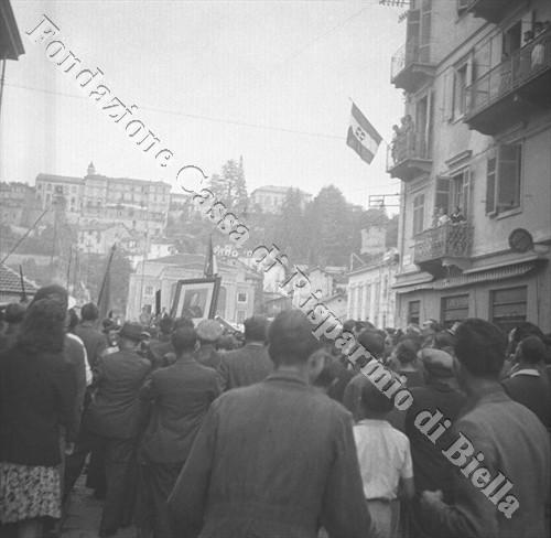 La folla in via Littorio, oggi via Amendola (Fondazione Cassa di Risparmio di Biella, archivio Cesare Valerio)